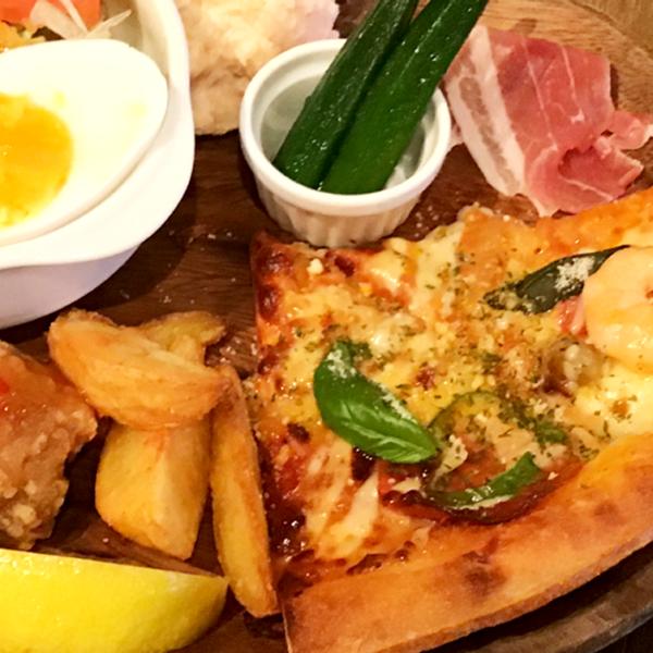 ナポリ風ミックスピザのプレート