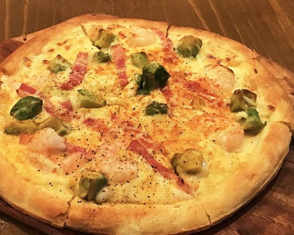アボカドとシュリンプのホワイトピザ